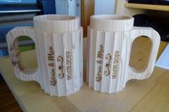 IMG_20190329_143112-Lasergravur-auf-hölzerne-Bierkrüge-als-Hochzeitsgeschenk
