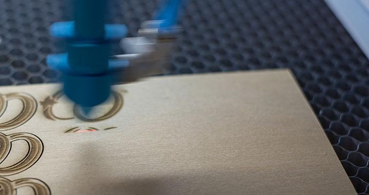 Lasergravur von Ringen auf Sperrholz mit Laserschnitt
