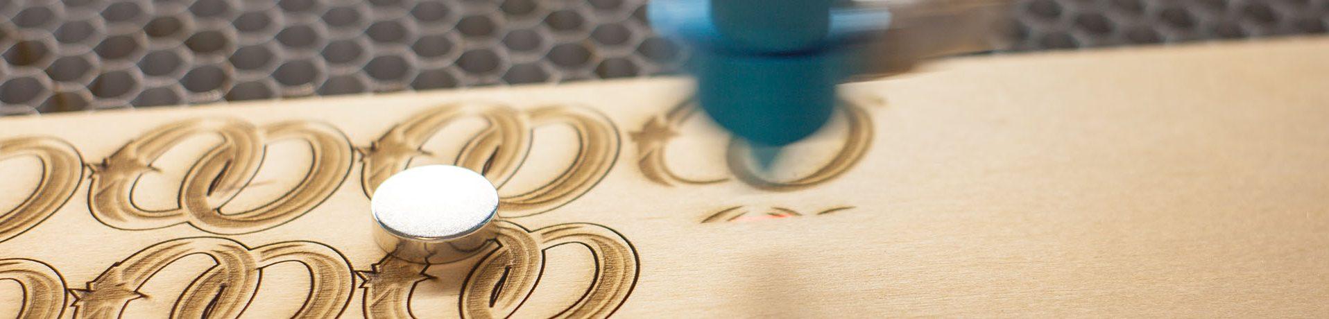 Lasergravur auf Sperrholz mit Laserschnitt